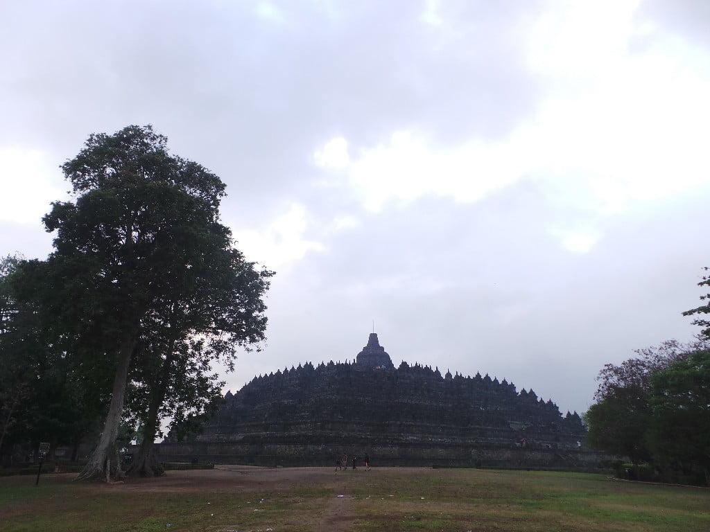 Taşlara işlenmiş 2672 rölyef ve 504 Buda heykeli dışında tapınağın en üst katındaki stupaların içine de 72 Buda heykeli gizlenmiş.